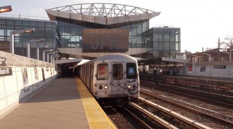 Chegada via JFK - Estação Howard Beach - Estação AirTrain, atrás e Metrô